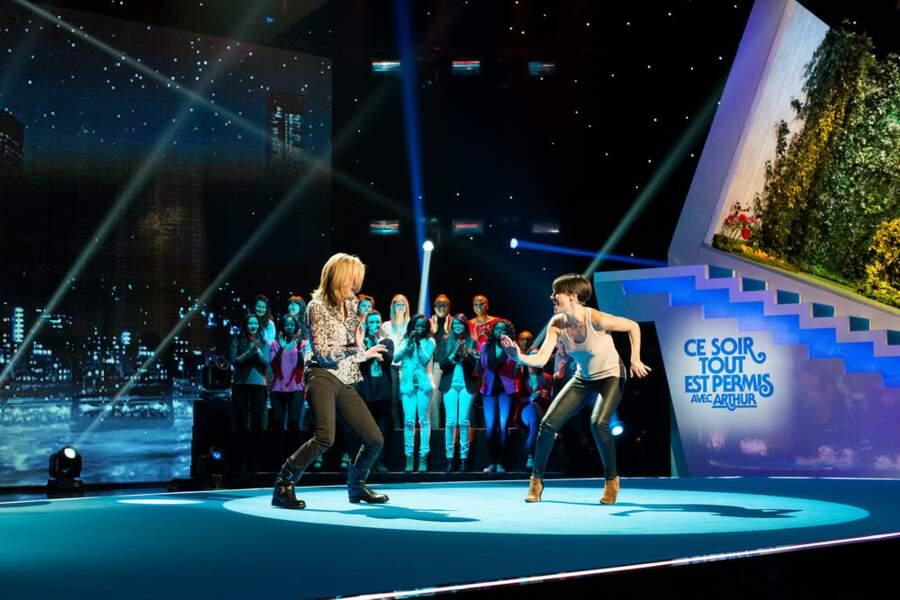 Battle de danse entre Michèle laroque et la présentatrice de France 5