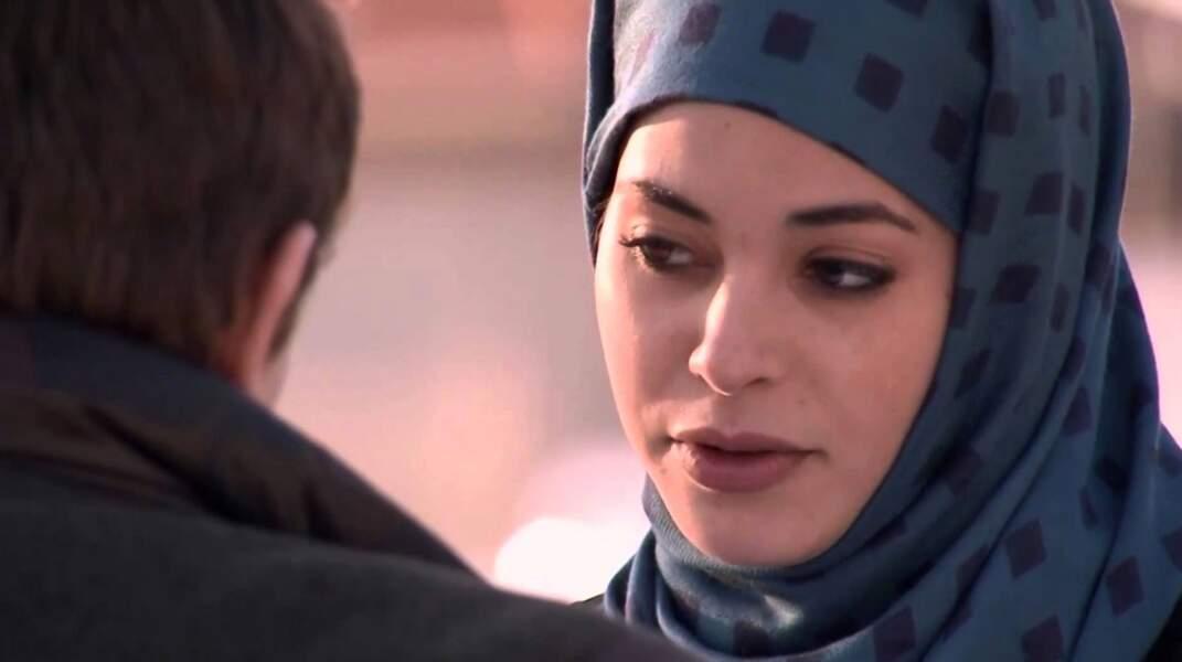 Fatiha, une lycéenne voilée, arrive à Scotto (Mars)