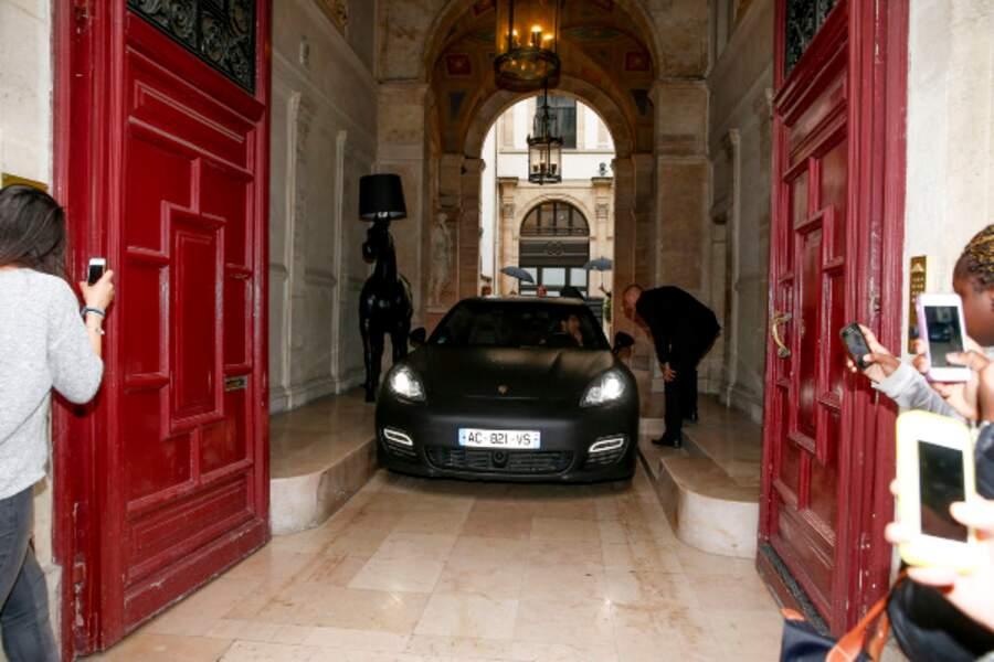 Kim Kardashian et Kanye West quittent leur hôtel vendredi…