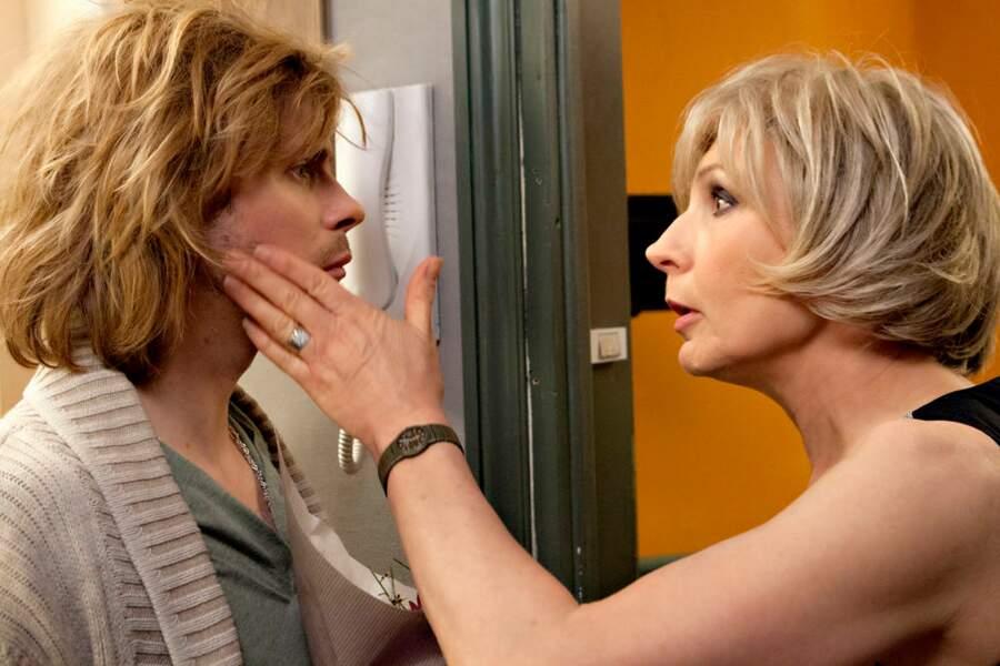 Alex reçoit une giffle de sa mère incarnée par Evelyne Dhéliat