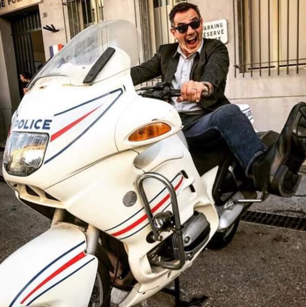 Jérôme Bertin, alias Nebout, fait le foufou sur une moto de la police