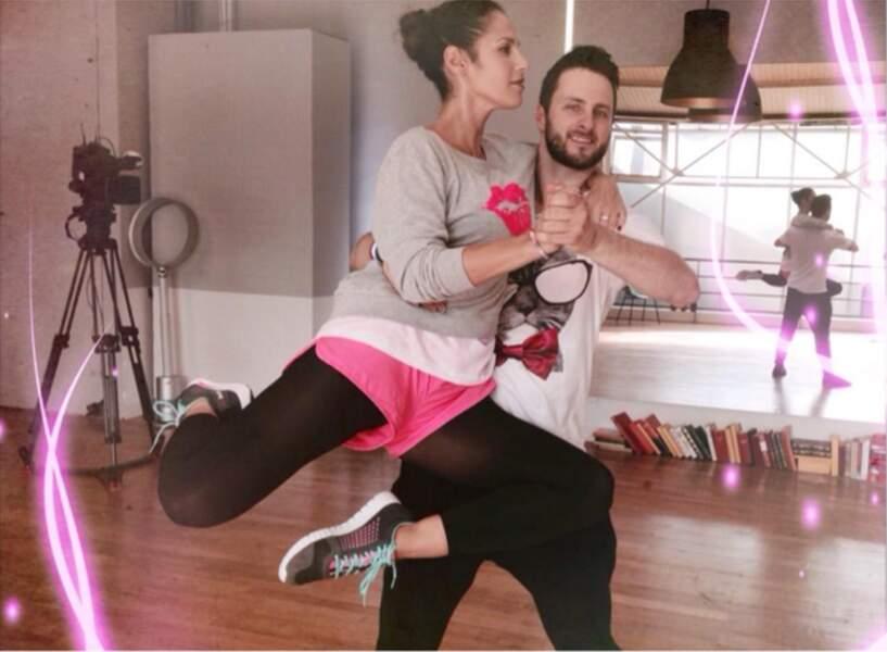 Entre Elisa Tovati et son danseur, c'est plutôt concours de look !