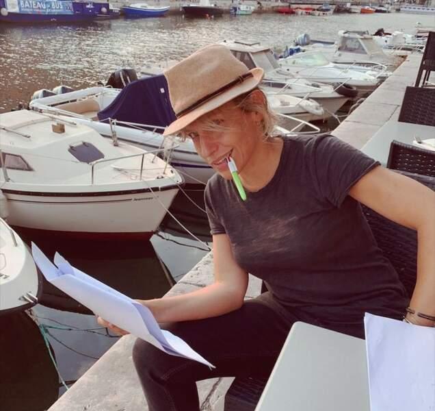 Peu importe les situations, Julie Debazac n'oublie pas de réviser ses textes pour le feuilleton de TF1