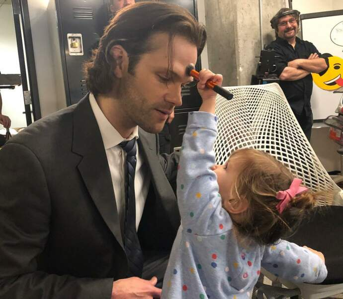 A peine deux ans et pourtant Odette maquille déjà son père Jared Padalecki sur la fin du tournage de Supernatural !