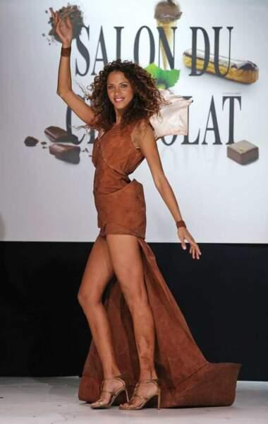 Noemie Lenoir, déesse des podiums dans sa robe chocolatée qui n'a pas manqué de tacher ses chevilles !
