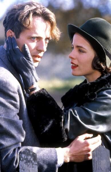 En 95, elle donne la réplique à Aidan Quinn, avec un look très sage...