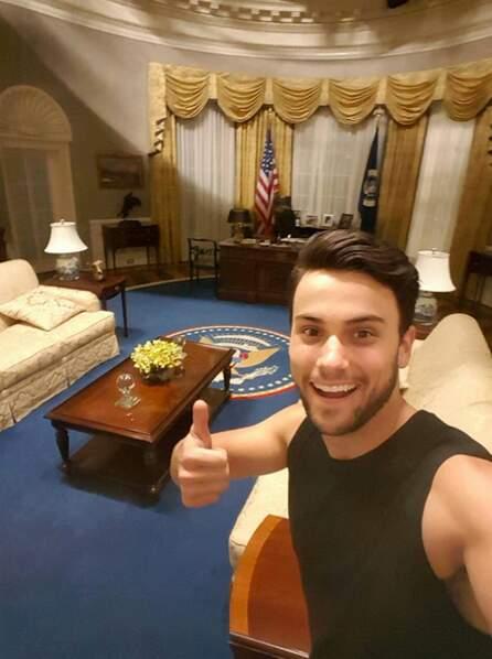 Ah Jack Falahee s'est trompé de plateau : c'est le bureau du président de Scandal là, pas le tournage de Murder !