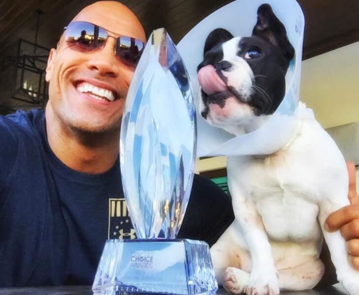 Il adore montrer son petit chien à ses abonnés (ainsi que ses trophées)