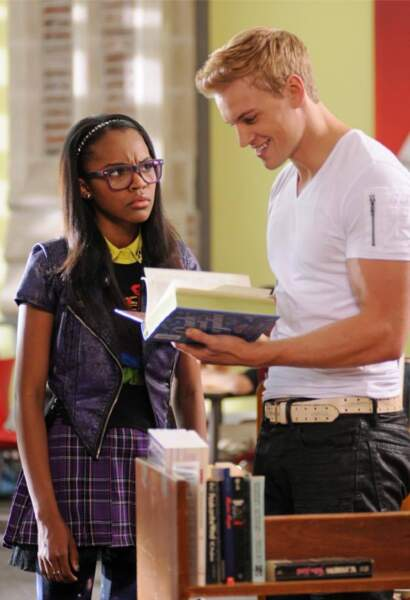 Jane (Samantha Ware) et Spencer (Marshall Williams), la star de l'équipe de football du lycée, gay assumé