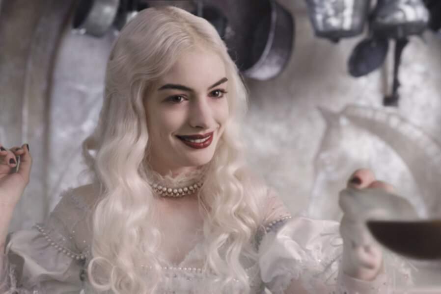 Elle incarne la Reine Blanche dans Alice au pays des merveilles (2010)…