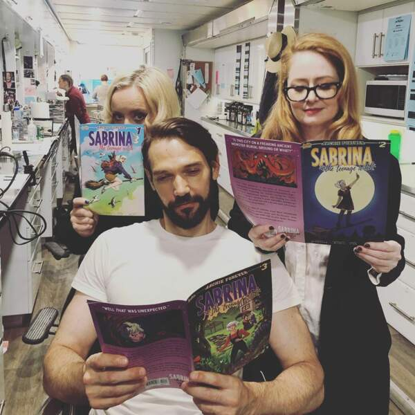 Sur le plateau des Nouvelles Aventures de Sabrina, les comédiens révisent les bases