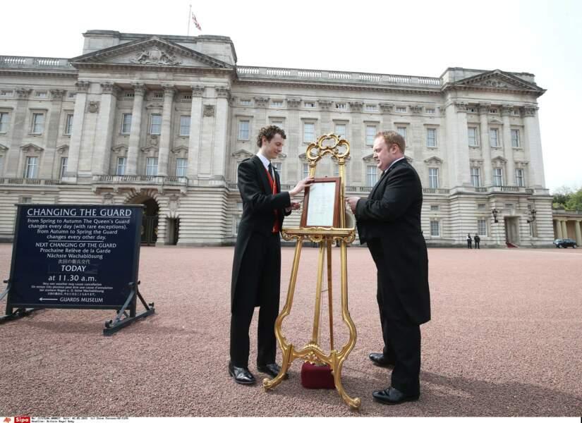 L'acte de naissance a été affiché devant Buckingham Palace