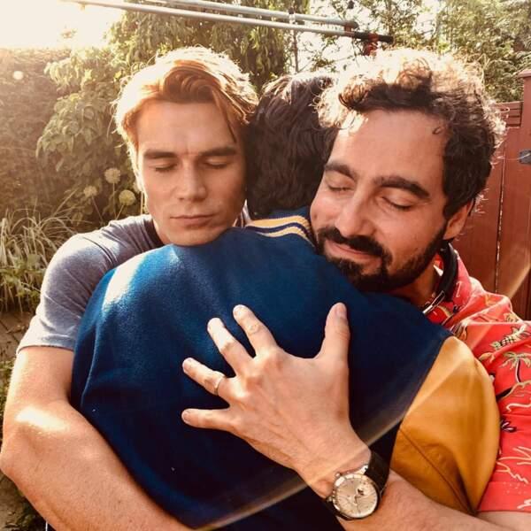 Séquence émotion pour KJ Apa. L'acteur de Riverdale enlace Gabriel Correa et Steve Deneault.