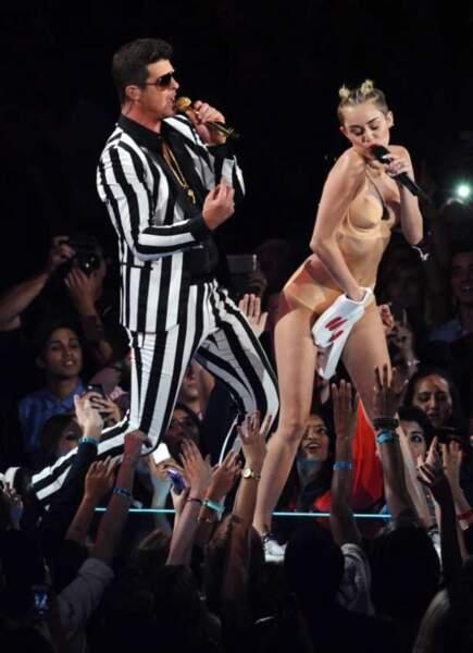 Collé-serré entre Robin Thicke et Miley Cirus