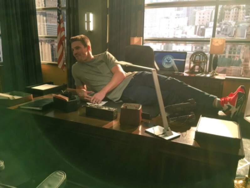 Devenu maire dans Arrow, Stephen Amell a pleinement pris possession de son nouveau bureau