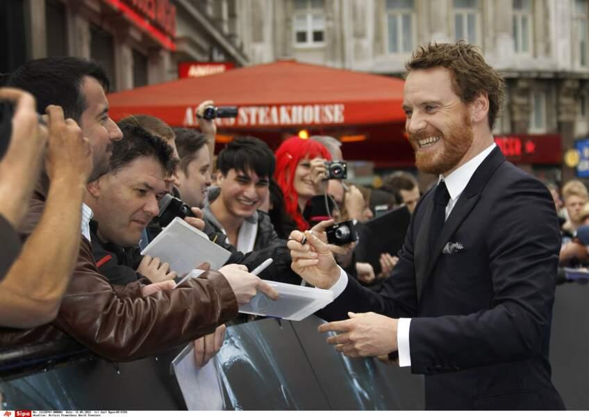 Il n'est pas en reste pour signer des autographes à ses fans lors de la première mondiale du film à Londres