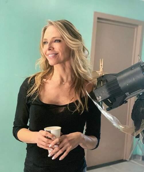 Radieuse, Tonya Kinzinger est ravie d'avoir retrouvé les plateaux de tournages avec Un si grand soleil