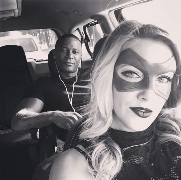 Katie Cassidy ne sort jamais sans son masque (Arrow)