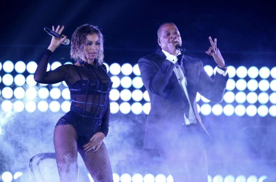 Même sur scène, Beyoncé et Jay-Z ne se quittent pas.