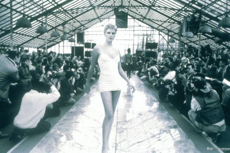 Charlize Theron sculpturale dans Celebrity (1999)