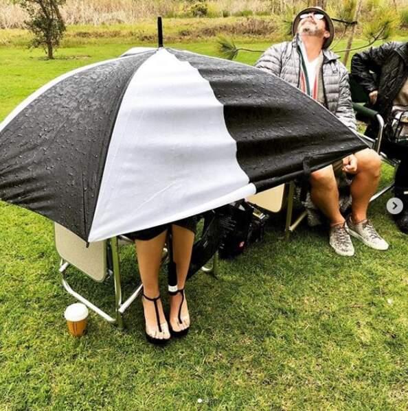 Sur le tournage de Modern Family, quelqu'un se cache sous un parapluie XXL...