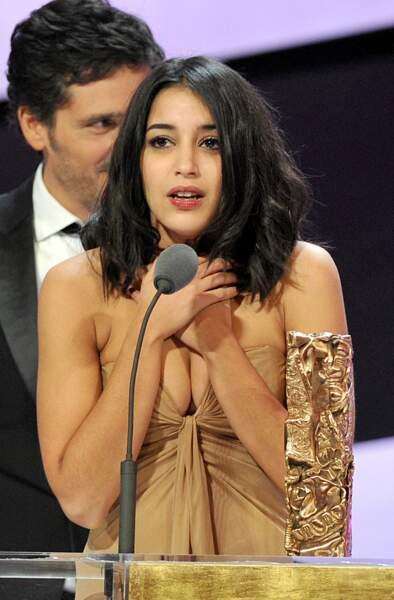 Elle était d'ailleurs très émue au moment de recevoir sa statuette... tout en évitant l'accident de robe