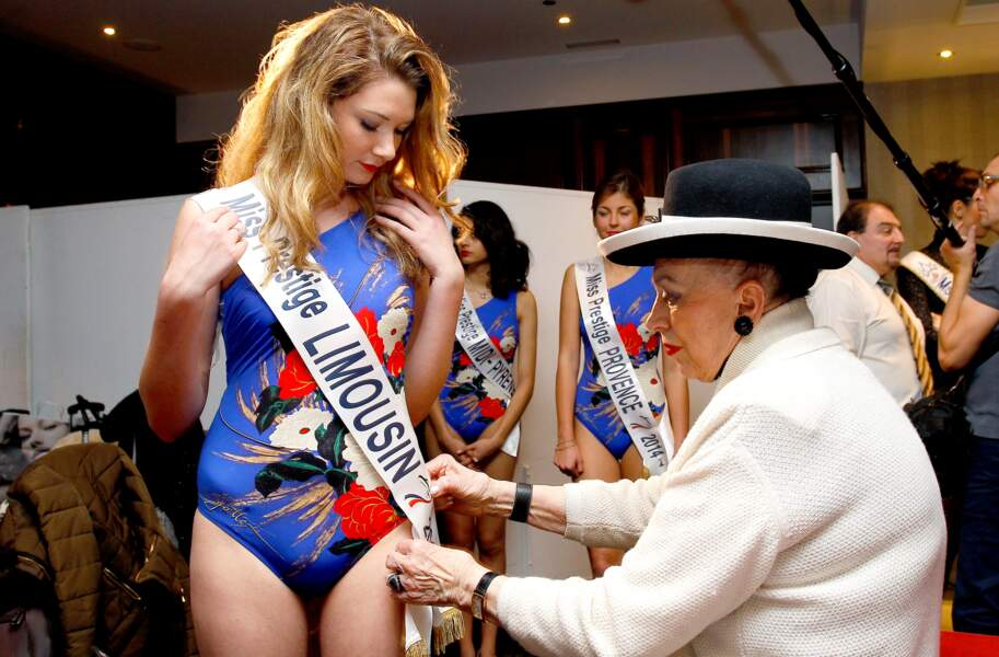 La présidente d'honneur de Miss Prestige National épingle les écharpes des concurrentes