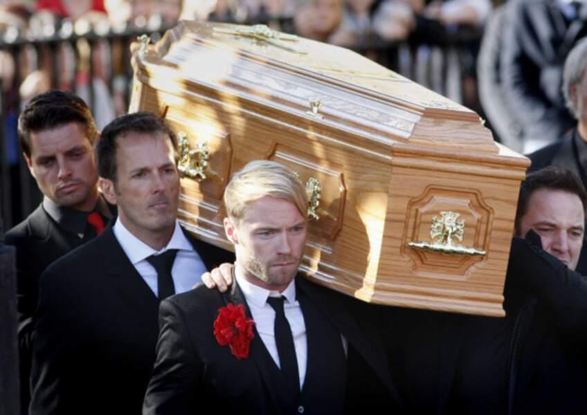 Lors des funérailles de Stephen Gately (Boyzone), ses ex-collègues ont porté son cercueil.