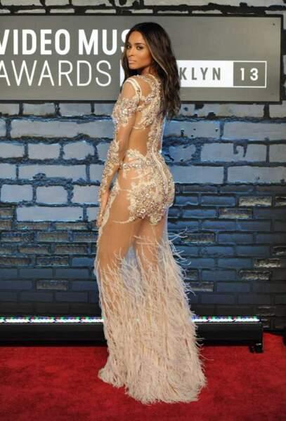 Sur le tapis rouge, Ciara...