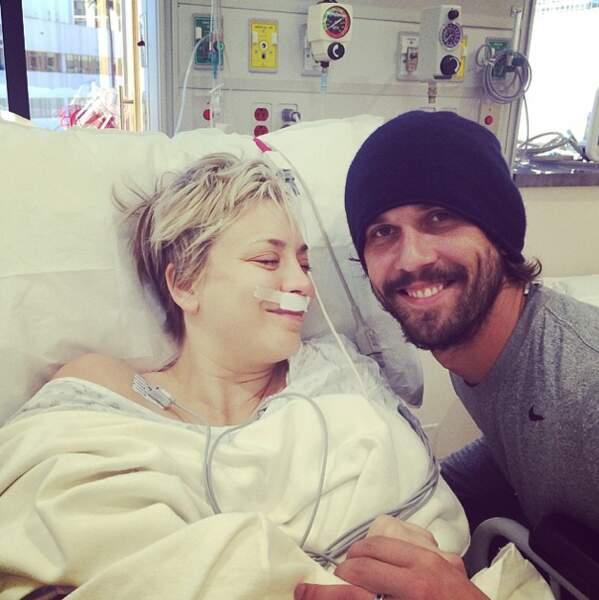 Vacances à l'hôpital pour Kaley Cuoco, opérée des sinus. Mais tant qu'elle peut tweeter, tout va bien !