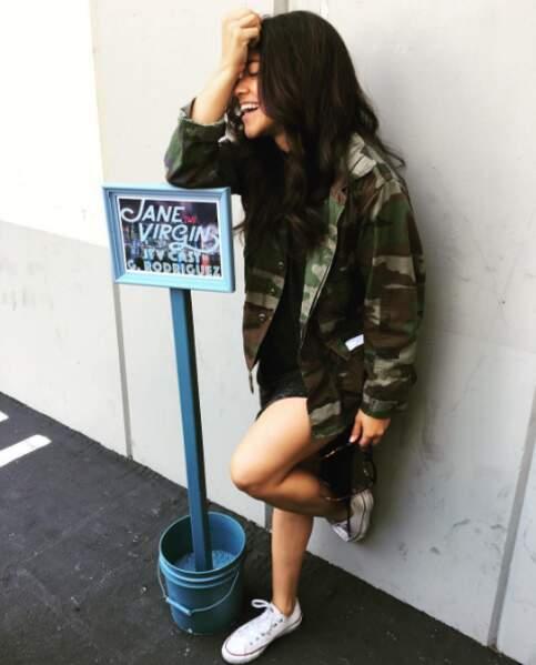 Gina Rodriguez rigole bien contre son panneau.