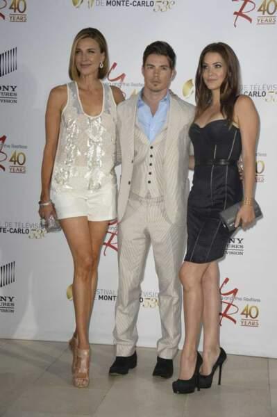 Josh Henderson bien entourée par la blonde Brenda Strong et la brune Julie Gonzalo, ses complices de Dallas