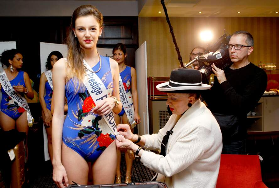 Non, Geneviève de Fontenay ne rallonge pas les maillots de bains des candidates