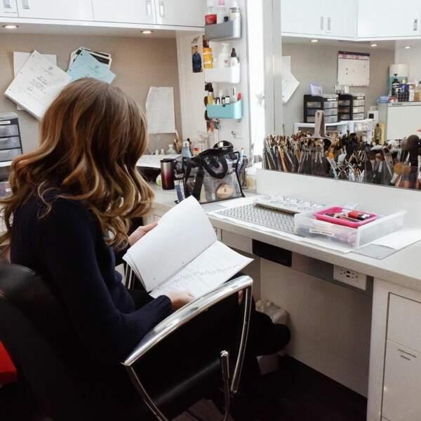 Avant d'entrer en scène, Danielle Panabaker, une des stars de Flash, révise ses textes