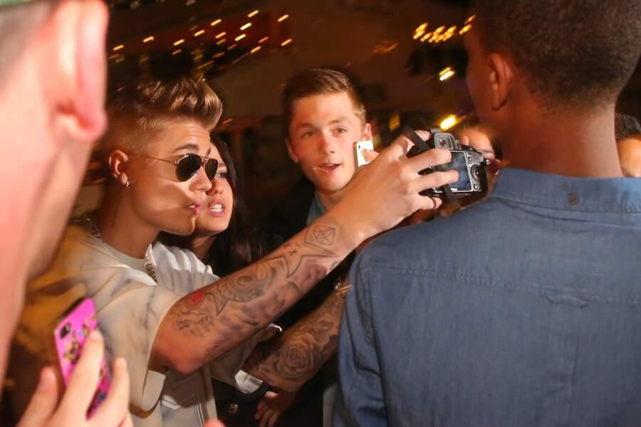 Justin Bieber a carrément piqué l'appareil photo d'un fan