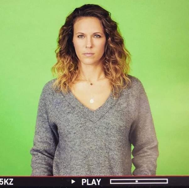 Lucie (Lorie Pester), elle, attend toujours sa meilleure amie... devant un fond vert !