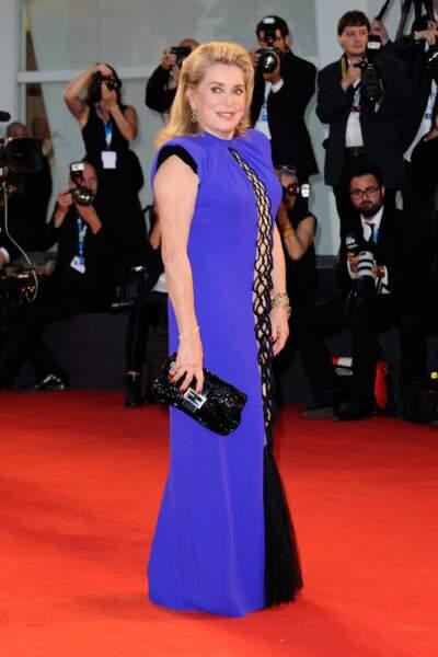 Catherine Deneuve, aveuglante dans sa robe bleu électrique