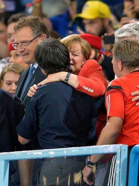Folle de joie, la chancelière allemande Angela Merkel a sauté au cou de Joachim Low