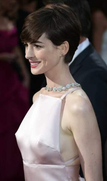 Les tétons apparents d'Anne Hathaway