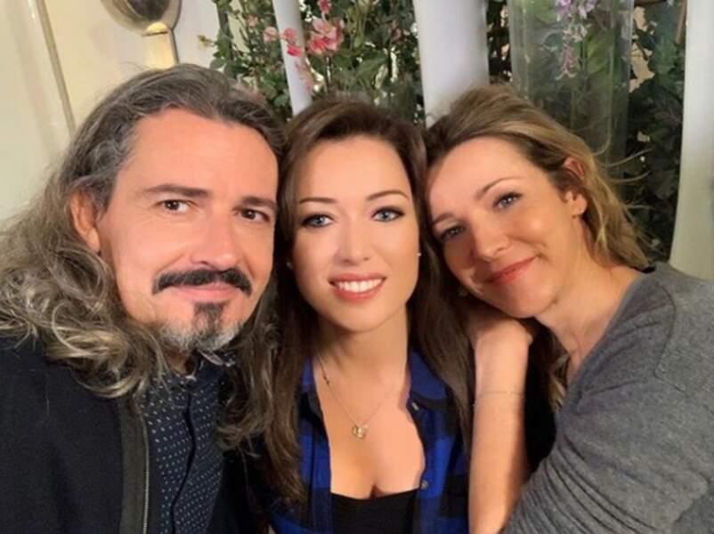 Elsa Esnoult adore prendre la pose avec ses mentors Laure Guibert et Philippe Vasseur des Mystères de l'amour