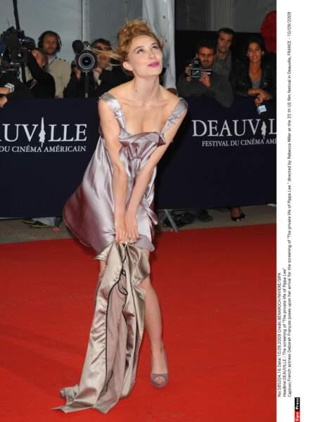 L'actrice joue les pin-up sur le tapis rouge du festival de Deauville !