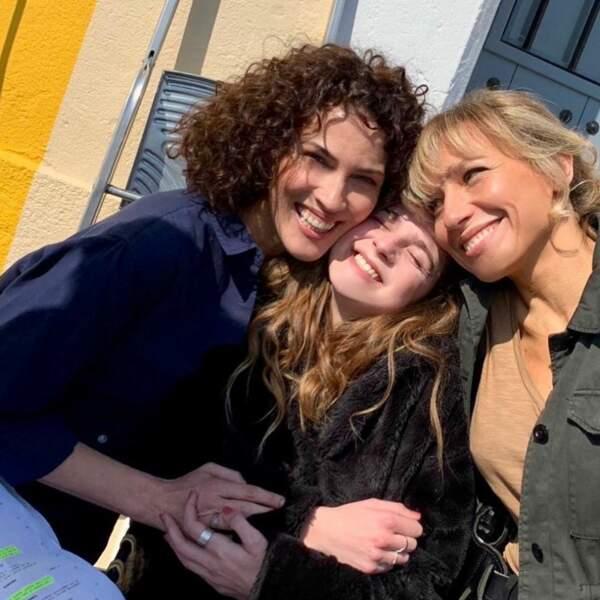 Linda Hardy et Esther Valding ravies d'accueillir Julie Debazac dans la troupe de Demain nous appartient