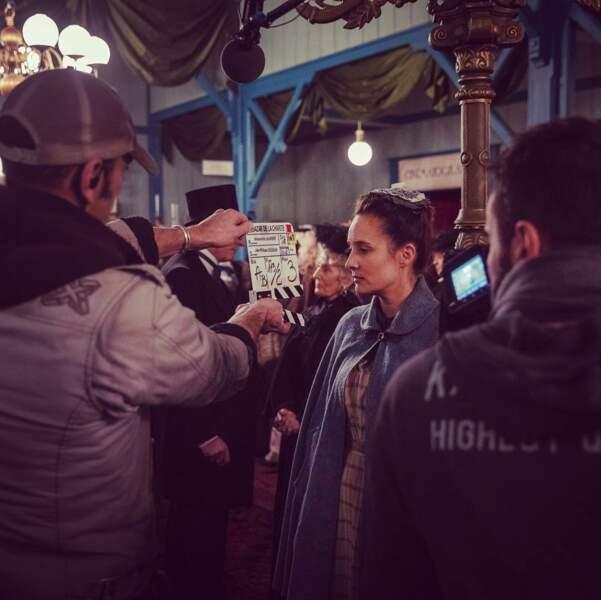 Julie de Bona concentrée avant sa scène du Grand Bazar de la charité, la prochaine série événement de TF1