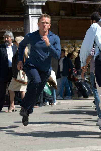 En look décontracté pour courir après les vilains de Casino Royale, son premier James Bond.