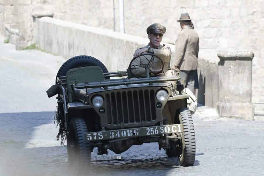 C'est Hugh Laurie, sur le tournage de la série Catch-22 en Italie