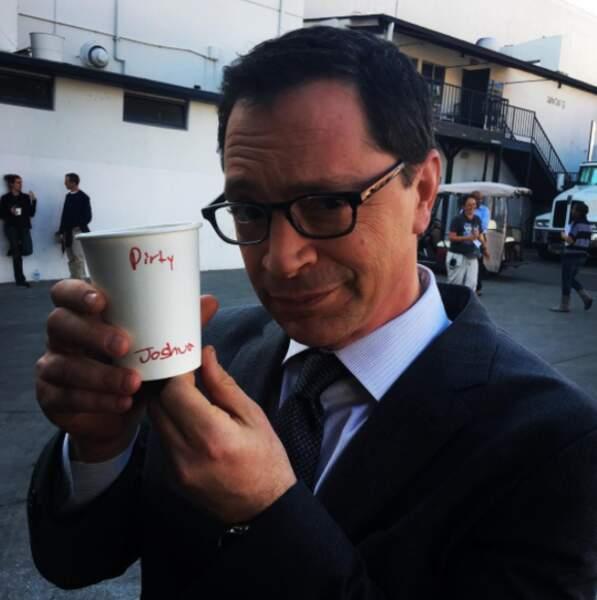 Sur le tournage de Scandal, Josh Malina a besoin de sa dose de caféine quotidienne