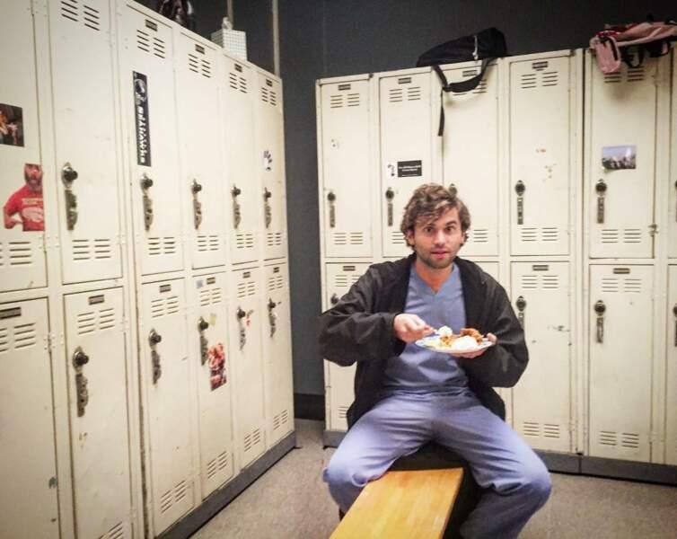 Jake Borelli, alias Levi Schmitt, n'a trouvé personne pour partager son déjeuner