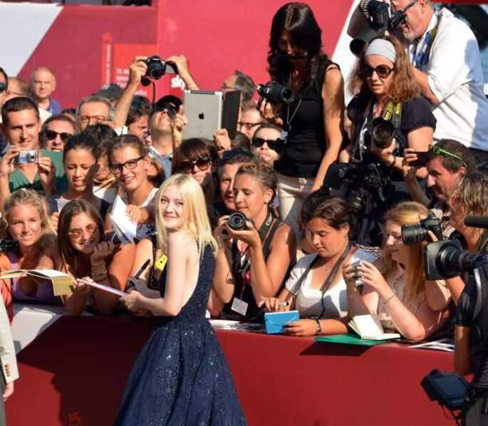 Dakota Fanning signe des autographes