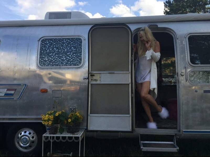 Nicollette Sheridan toujours aussi sexy sur le tournage de Dynastie