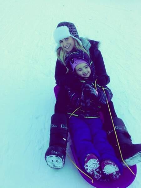 Séance de luge pour Ashley Tisdale et sa nièce